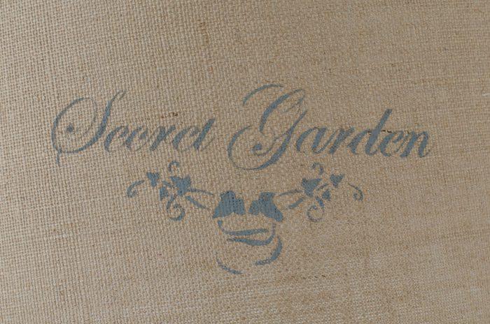 Stencil secret garden en pantalla de saco