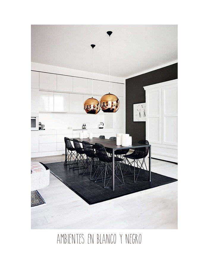 ambiente blanco y negro con lampara cobre